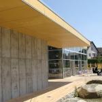 200018SM-Moorbad-Schrems-Ansicht-Flugdach-mit-vorgelagerten-Wasserspiel