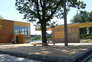 Sonderbauten_200018SM_Moorbad Schrems-Nordansicht Holzdeck Vorplatz - Hauptzugang